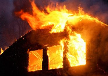 Un incendiu puternic a mistuit o casa in Santandrei, ieri seara, 24.10.2018