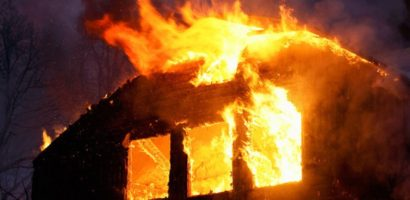 Incendiu violent la o locuinta din Salonta. Focul a fost stins dupa mai bine de o ora (FOTO)