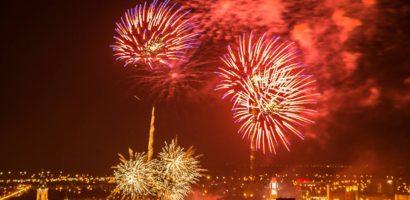 Feerie de lumini pe cerul Oradiei in noaptea de Revelion din Piata Unirii