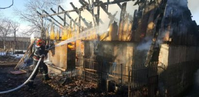 Incendiu violent intr-o localitate din Bihor. Le-au ars complet anexele