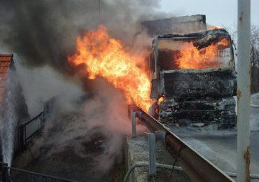 Un TIR a a ars in intregime pe DN1, in raza localitatii Beznea din Bihor (FOTO)