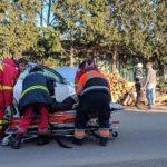 Accident in Alesd. O masina a fost proiectata intr-o stiva de lemne, iar o pasagera a ajuns la spital (FOTO)