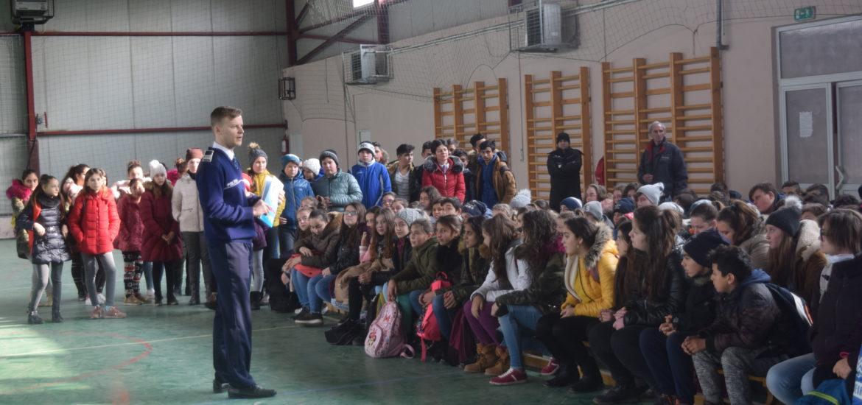 1.000 de elevi, părinţi şi profesori, din mediul rural, implicaţi de polițiștii bihoreni în activități preventive