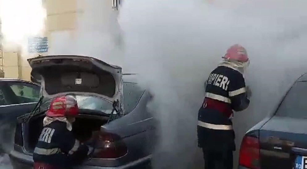 Masina in flacari in Parcul Traian din Oradea, incendiul fiind stins rapid de pompierii oradeni