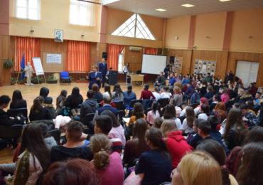 """Peste 200 de elevi şi profesori, din Bihor, au participat la Concursul """"Mesajul meu antiviolență"""" (FOTO)"""