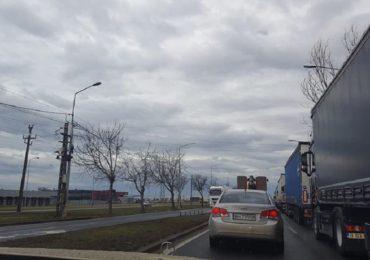 Aglomeratie mare la trecerile de frontiera cu Ungaria. Mii de TIR-uri asteapta sa iasa din tara