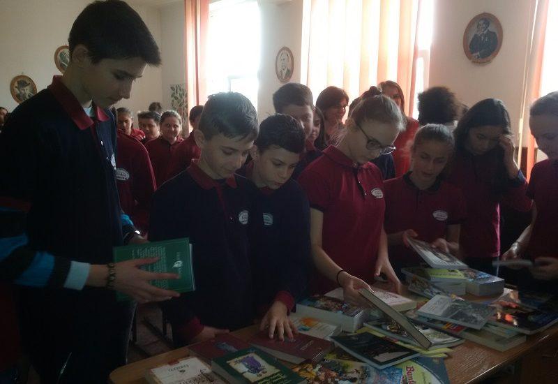 """Femeile liberale din Oradea au donat carti, in cadrul actiunii """"100 de carti pentru copiii nostri"""""""
