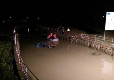 Accident grav in Biharia, un sofer a ajuns cu masina in canalul colector. Victima, in stare grava, a ajuns la spital (FOTO)