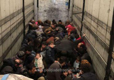 79 de persoane intenţionau să iasă ilegal din România, inghesuite intr-un TIR, in Vama Bors