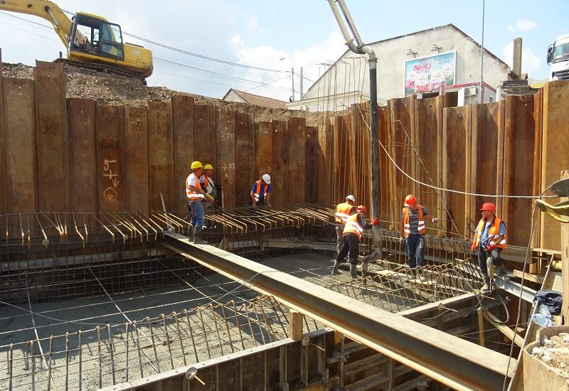 A inceput turnarea captuselii de beton la Podul Centenarului (FOTO)