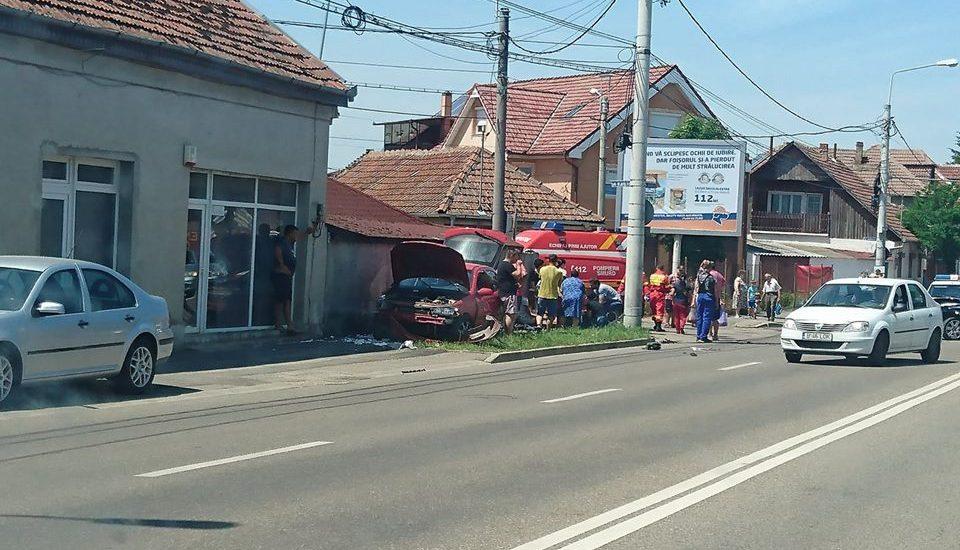 Femeie lovita pe trotuar de o masina care a ricosat in urma unei tamponari, pe Clujului