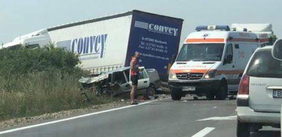 Accident grav pe DN1 in afara localitatii Sacadat, in urma impactului dintre un TIR si un autoturism