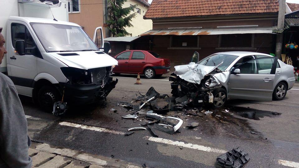 Accident grav pe DN1, un sofer a adormit la volan si s-a izbit frontal de o autoutilitara