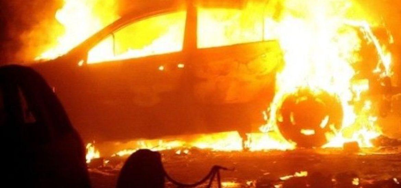 Un autobuz si o masina au luat foc in Oradea, cauza probabil fiind scurgeri de lichide combustibile