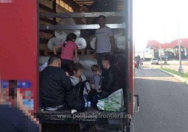 32 de persoane inghesuite, in remorca unui TIR, au fost descoperite in Vama Bors