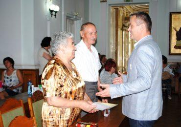 """Viceprimarul Mircea Malan a premiat familiile care au implinit 50 de ani de casatorie, """"Sunteți modele de dragoste si de respect"""""""