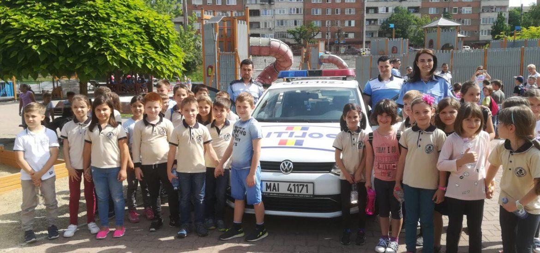 Mascota Tedi va fi prezentă în Orășelul Copiilor, alături de polițiștii de prevenire bihoreni, pentru o lecție deschisă de prevenire, jocuri și surprize destinate copiilor.