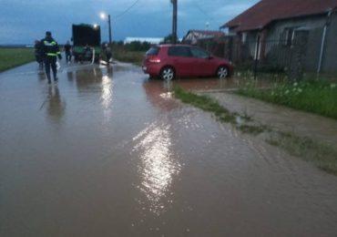 Pompierii bihoreni au evacuat apa din curtile bihorenilor din Biharia si Cauaceu, adunata in urma ploilor abundente