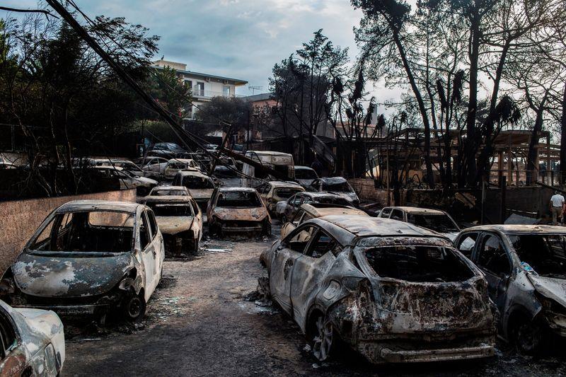oameni arsi in masini grecia attica