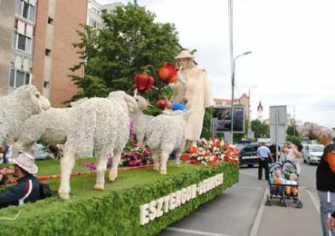 Cinci care alegorice si Orchestra Simfonica Țigăneasca din Budapesta, prezente la Oradea la Carnavalul Florilor