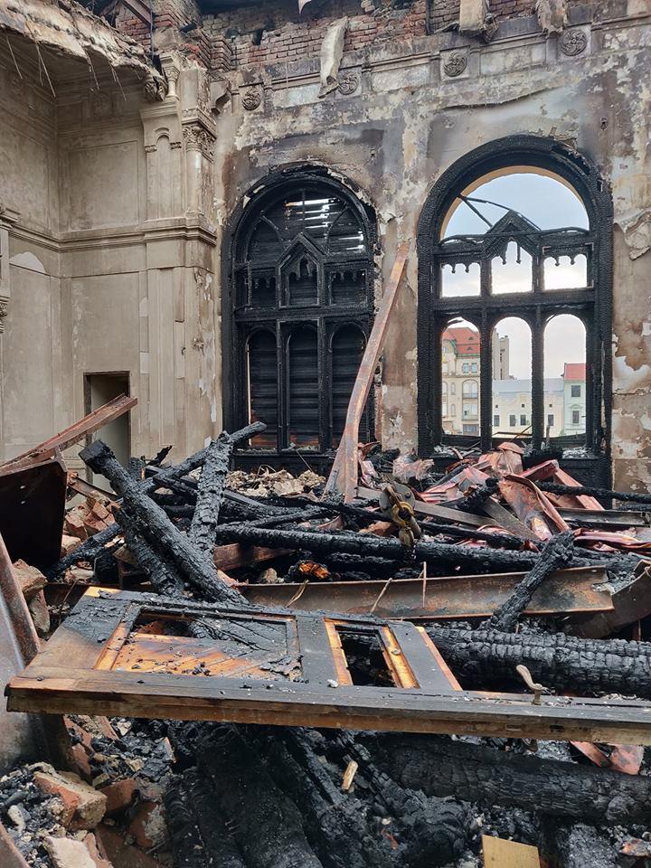 Imagini dupa stingerea incendiului de la Palatul Episcopal Oradea