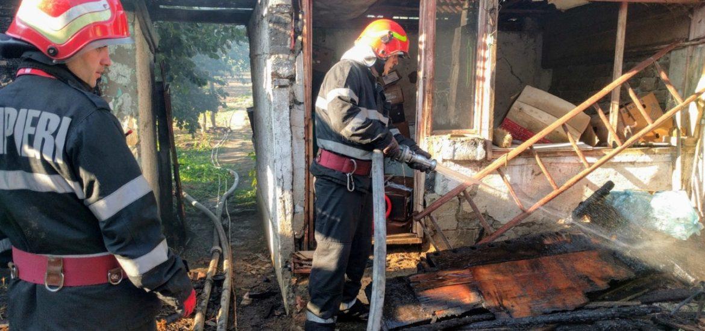 Incendiu puternic la o gospodarie din localitatea Arpasel