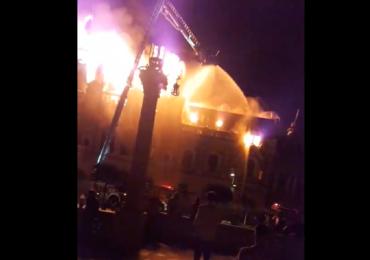 UPDATE: Incendiu devastator la cladirea fostei Biblioteci Judetene din Piata Unirii din Oradea (VIDEO)