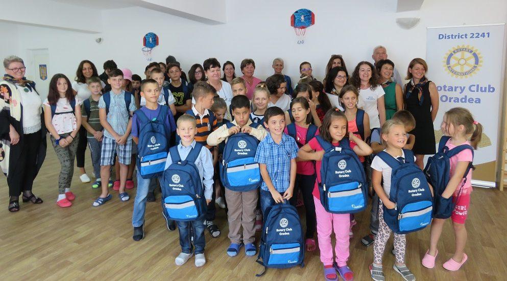 Rechizite scolare primite de copiii nevoiasi, de la DASO, Clubul Lions Oradea si Rotary Club Oradea