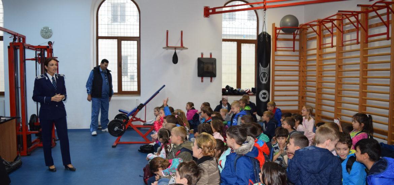 """Peste 300 de copii au fost implicați de polițiștii bihoreni în activitățile dedicate campaniei """"Şcoala Altfel"""""""