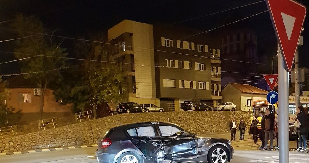Accident aseara in Cantemir. Un autoturism BMW a patruns pe rosu in interesectie si a izbit un Taxi