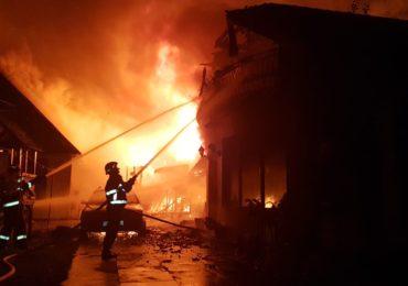 Incendiu puternic in Salonta. Peste 50 de pompieri s-au luptat cu focul timp de 4 ore (GALERIE FOTO)