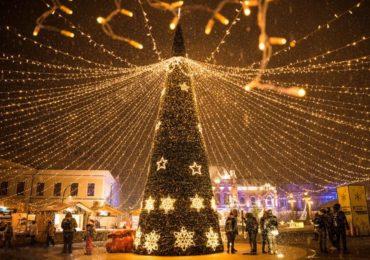 Oradea iluminata de Craciun. Joi, 6 decembrie se aprind beculetele in tot orasul.