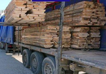 Aproape 30 metri cubi de cherestea, fără documente legale, confiscați de polițiștii bihoreni
