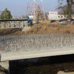 La podul peste Peta de la Universitate au fost montate grinzile. Ar trebui sa fie gata in 2 saptamani