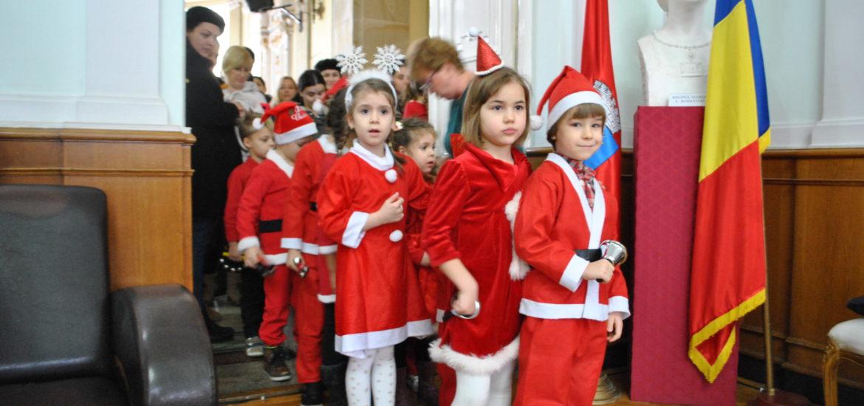 900 de copii de la scoli si gradinite din Oradea s-au intalnit cu Mos Craciun la Primaria Oradea (FOTO)