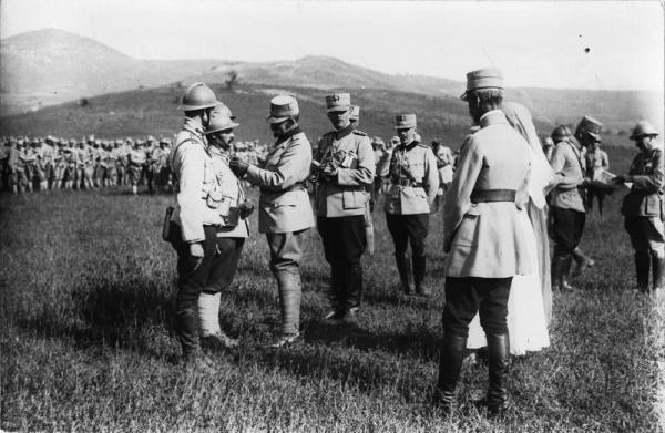 Regele-Ferdinand-decorează-un-soldat-român