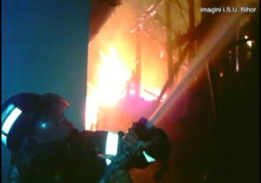 Incendiu puternic aseara, la o pensiune din Biharia, 17 persoane au fost evacuate