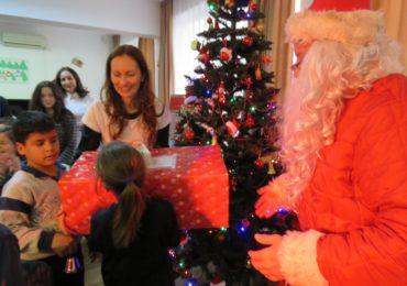 Copiii de la Centrul de Zi din Oradea l-au primit pe Mos Craciun
