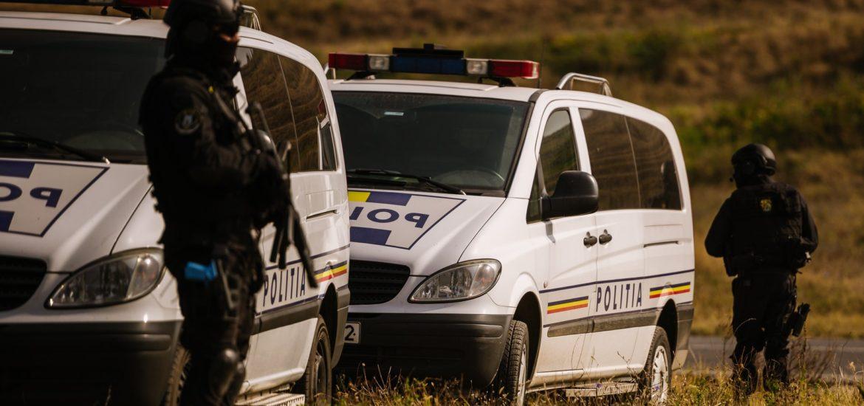 Doi politisti bihoreni nevoiti sa faca uz de arma pentru a se apara de furia a 4 indivizi din Ciumeghiu, judetul Bihor