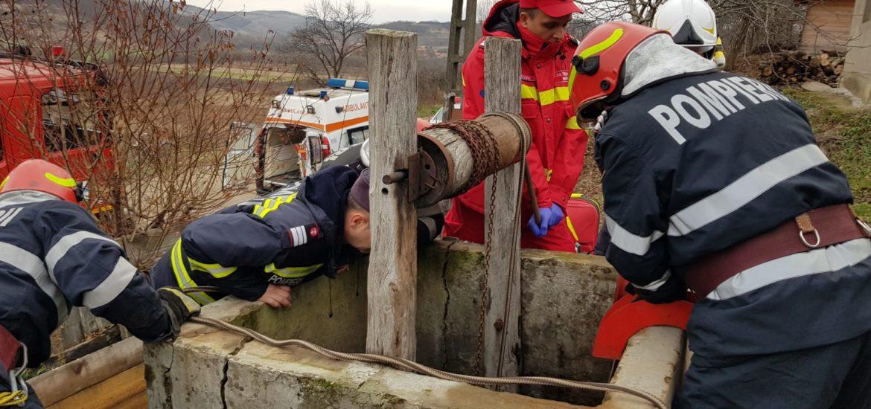 Un barbat din Tarian a cazut intr-o fantana adanca de 7 metri si a fost recuperat de  pompierii bihoreni