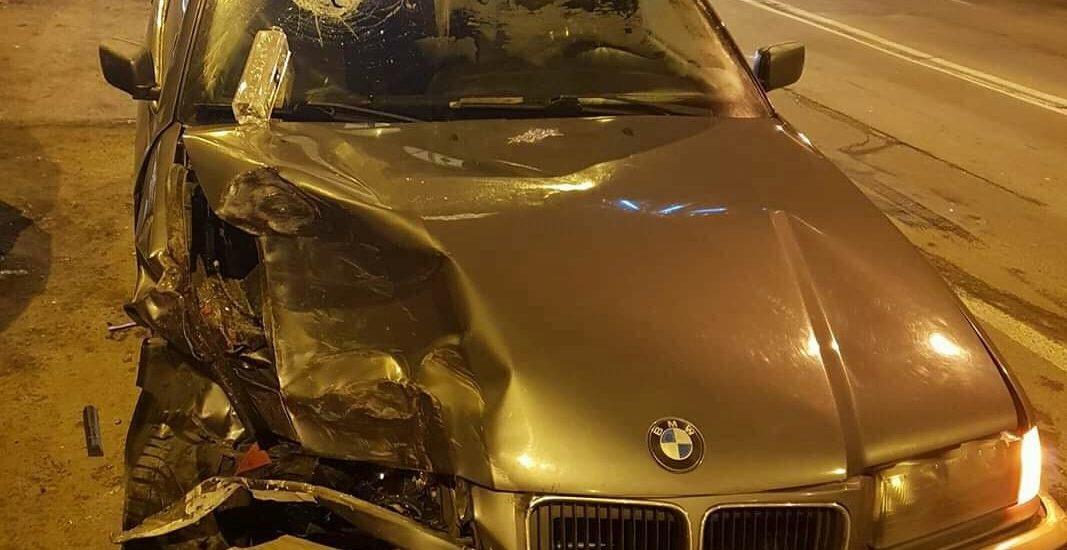 Sase dintr-un foc. Un barbat din Oradea, in timp ce conducea fara permis a izbit din spate un autoturism proiectandu-l  pe acesta in alte 5 parcate regulamentar