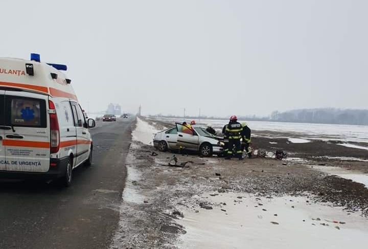 Val de accidente rutiere pe DN 79 Oradea – Arad din cauza poleiului. Un mort si mai multe persoane au fost ranite
