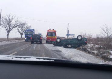 O femeie de 28 de ani, din judetul Bihor, a ajuns la spital, dupa ce s-a rasturnat cu masina in sant, langa Nojorid