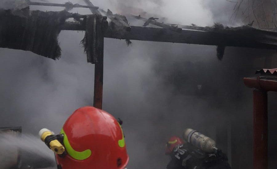 Incendiu violent pe strada Ady Endre din Oradea. Pompierii au intervenit cu 18 pompieri militari si 3 autospeciale