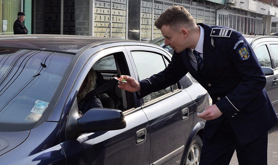 De 1 Martie, polițiștii bihoreni au oferit doamnelor și domnișoarelor prezente în trafic, mărțișoare cu mesaje preventive, create de copii.