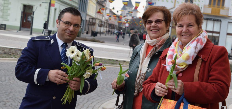Politistii bihoreni au oferit flori si felicitari soferitelor, cu ocazia Zilei Internationale a Femeii