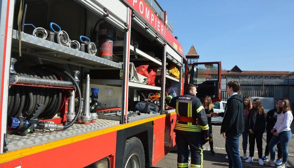 Fetita de 8 luni ramasa blocata intr-o masina pe Blvd. Dacia din Oradea si recuperata de pompierii oradeni