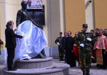 Marele om politic Iuliu Maniu, are de azi o statuie langa Biserica greco-catolica de pe strada Iuliu Maniu