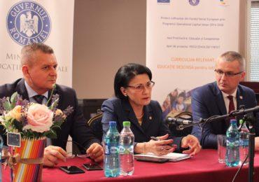 """Ecaterina Andronescu apostrofata de elevi la Oradea. """"In timp ce în România se vorbeşte despre digitalizare, ei merg încă la toaletă în curtea şcolii"""""""