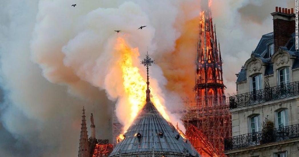 Renumita catedrala Notre Dame din Paris  in flacari (VIDEO). Arde si la aceasta ora